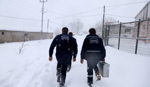 Bursa'da sağlık ekipleri yolu kardan kapanan kırsal mahalledeki felçli hastaya belediye ekiplerinin yardımıyla ulaştı