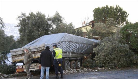 Bursa'da tırla çarpışan otomobildeki 2 kişi yaralandı