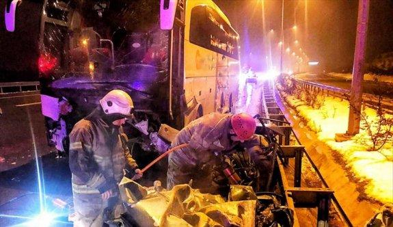 Bursa'da yolcu otobüsü ile otomobilin çarpışması sonucu iki kişi yaşamını yitirdi, 10 kişi yaralandı