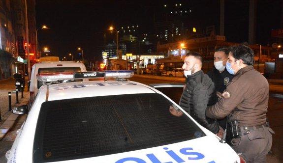Çekmeköy'de polisten kaçan otomobildeki 2 kişi gözaltına alındı