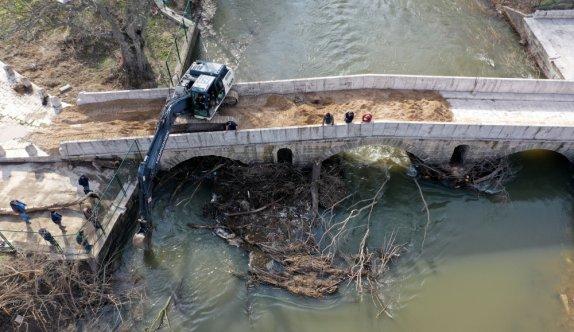 Edirne'deki Fatih Köprüsü ağaç dalları ve kütüklerden temizlendi