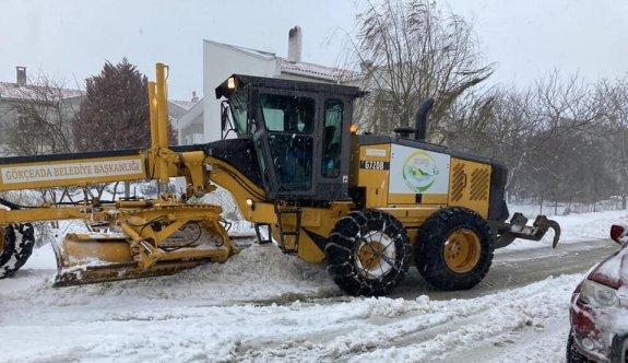 Gökçeada'da karla mücadele çalışmaları sürüyor