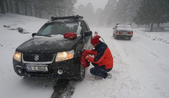 Kazdağları'nda yoğun kar nedeniyle çok sayıda araç mahsur kaldı