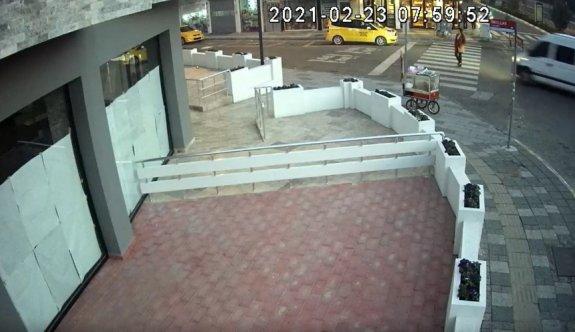 Kırklareli'nde midibüsün öğretmene çarptığı kaza güvenlik kamerasına yansıdı