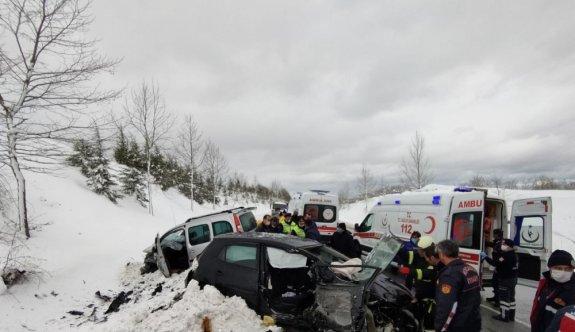 Kocaeli'de otomobil ile hafif ticari araç çarpıştı: 4 yaralı