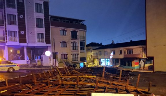 Kocaeli'de şiddetli rüzgar nedeniyle apartmanın çatısı uçtu