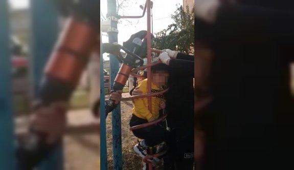 Bursa'da parktaki demir oyuncakta sıkışan çocuğu itfaiye ekipleri kurtardı