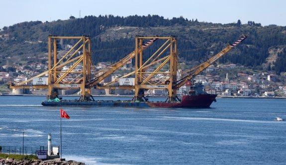 Büyük liman vinci taşıyan geminin Çanakkale Boğazı'ndan geçişi başladı