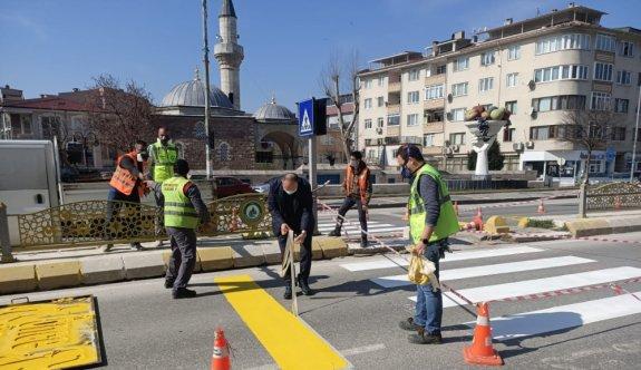 Edirne Valisi Ekrem Canalp, yaya çizgisi çeken ekibe yardım etti