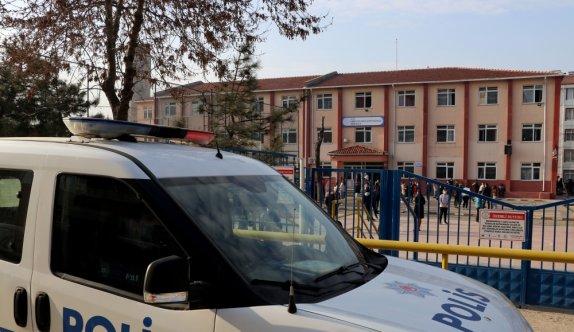 Edirne'de polis teneffüse çıkan çocukları Kovid-19 tedbirlerine uymaları yönünde uyardı