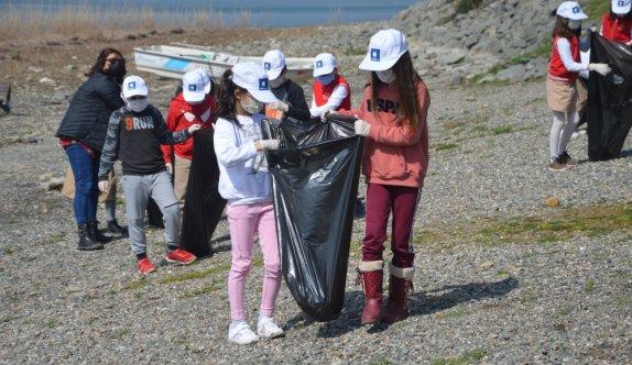 İlkokul öğrencileri Dünya Su Günü'nde Sapanca Gölü'nde kıyı temizliği yaptı