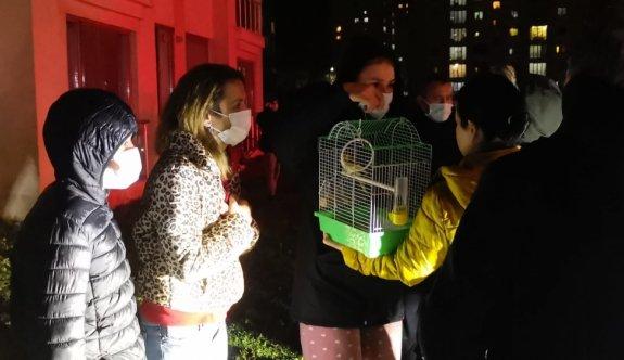 Kocaeli'de apartman dairesinde çıkan yangında 5 kişi dumandan etkilendi