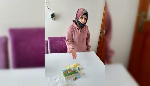 Kocaeli'de bir vatandaşın marketten aldığı kaşar peynirinden eldiven çıktı