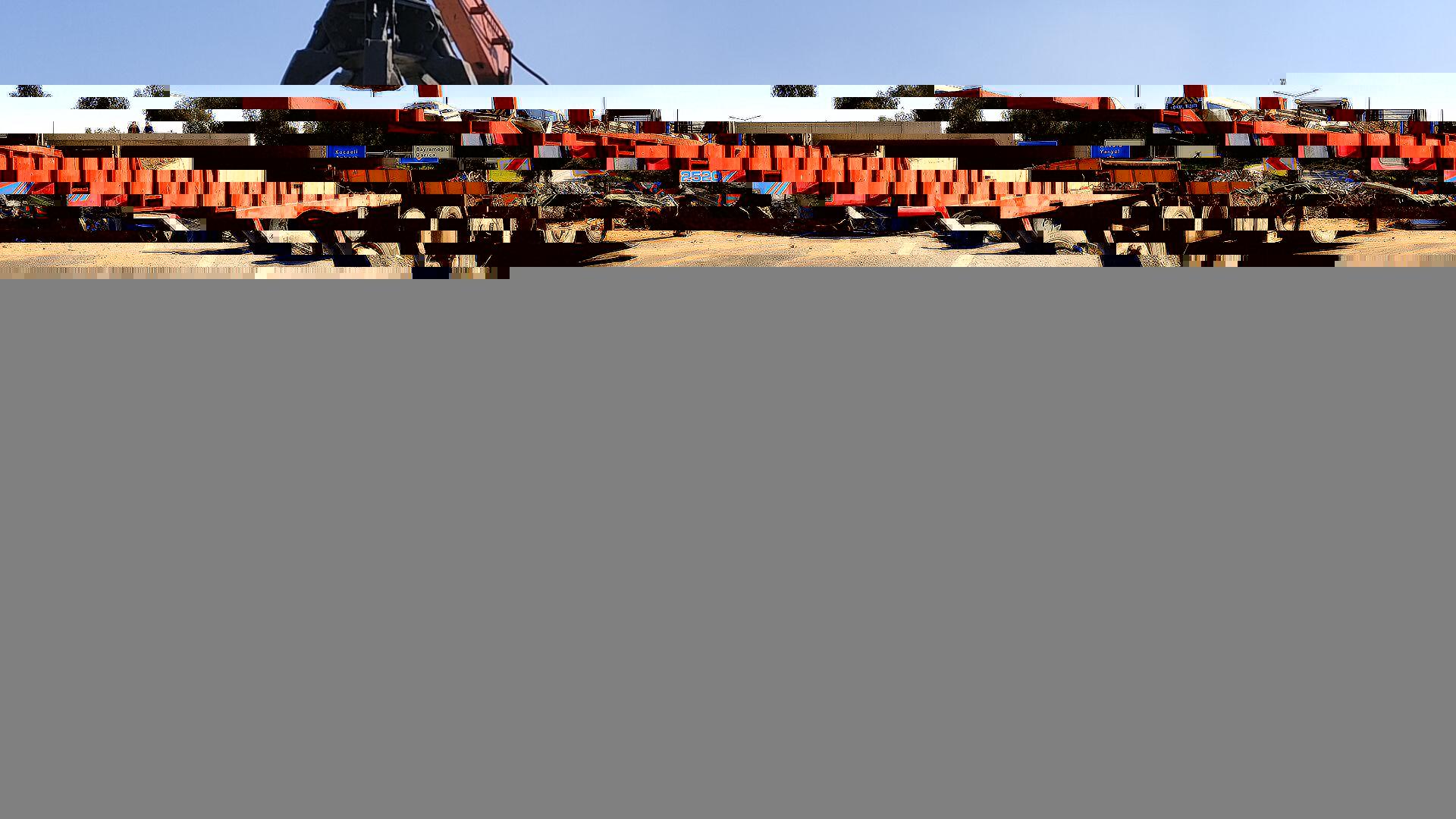 Kocaeli'de devrilen hurda demir yüklü tır trafiği aksattı