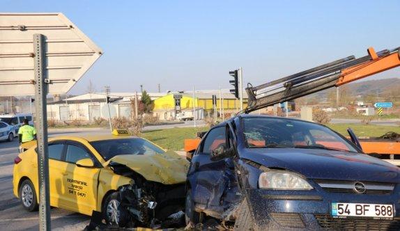 Sakarya'da iki otomobil çarpıştı: 4 yaralı