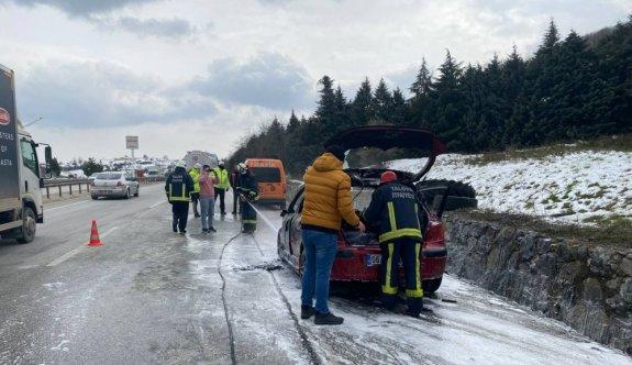 Yalova'da seyir halindeki otomobil yandı