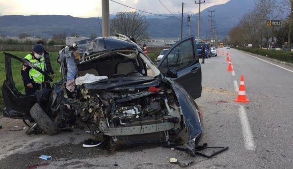Bursa'da hafif ticari araç beton direğe çarptı: 4 ağır yaralı