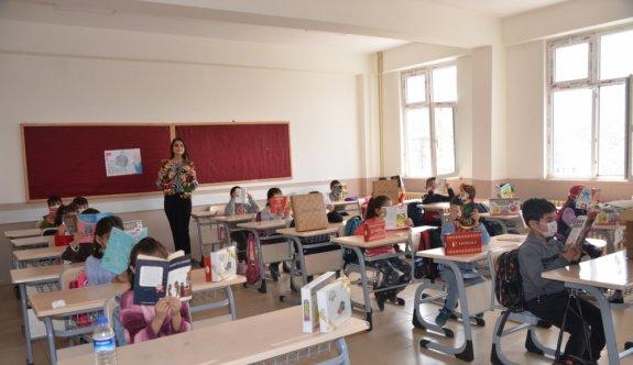 Bursa'dan Şırnak'taki ilkokul öğrencilerine kitap yardımı