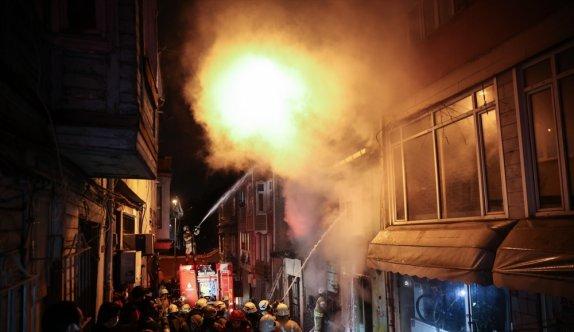Fatih'te iki katlı ahşap binada çıkan yangın söndürüldü