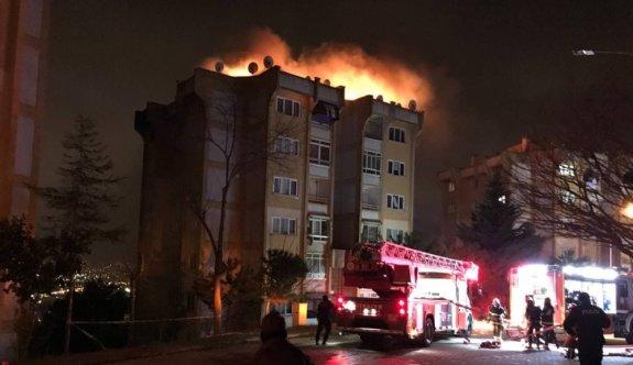 Kocaeli'de bir apartmanın üst katında çıkıp çatıya sıçrayan yangın söndürüldü
