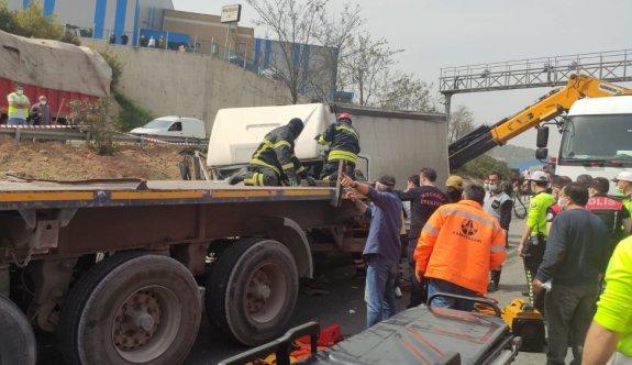 Kocaeli'de tıra çarpan kargo kamyonunun sürücüsü ağır yaralandı