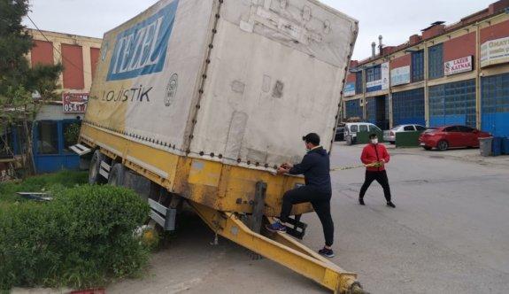 Kocaeli'de tırdan ayrılan dorsenin çarptığı otomobilin sürücüsü yaralandı