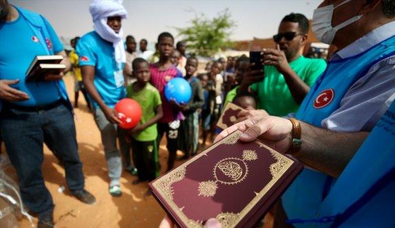 Moritanyalı çocuklara Kur'an-ı Kerim dağıtıldı