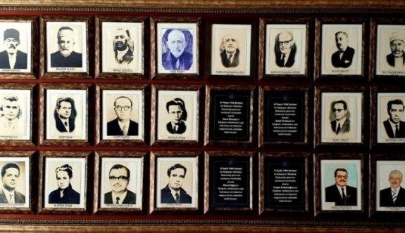 Adapazarı Belediyesi, darbe dönemlerinde atanan başkanların fotoğraflarını panodan kaldırdı