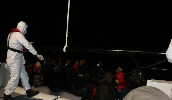 Balıkesir açıklarında Türk kara sularına itilen 39 düzensiz göçmen kurtarıldı