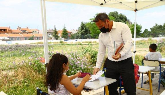 Edirne'de açık havada oluşturulan sınıfta öğrencilere destekleme eğitimi veriliyor