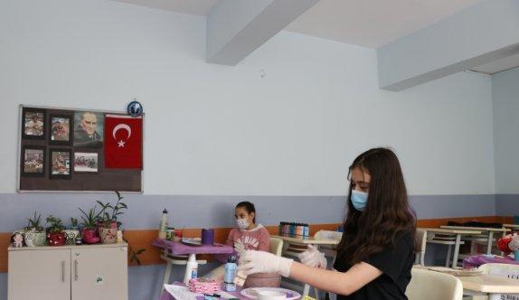 Edirne'de dezavantajlı öğrenciler atık malzemelerden rengarenk çiçek yetiştirme alanları oluşturdu