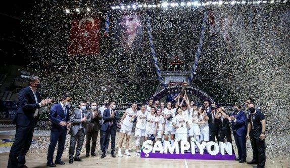 Kadınlar Basketbol Süper Ligi'ne yükselen Bursa Büyükşehir Belediyespor şampiyonluk kupasını aldı