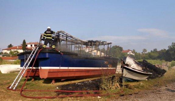 Kocaeli'de çıkan yangında iki tekne kullanılamaz hale geldi
