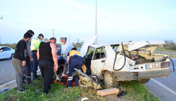 Sakarya'da direğe çarparak 60 metre savrulan otomobilin sürücüsünü emniyet kemeri kurtardı