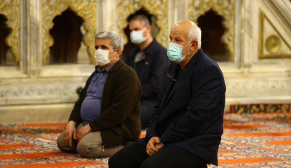 Selimiye Camisi'nde gerçekleştirilen Kadir Gecesi programı sosyal medyadan canlı yayınlandı