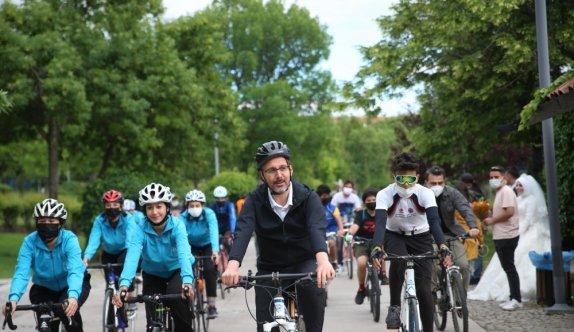 Bakan Kasapoğlu, Dünya Bisiklet Günü'nde gençlerle bisiklet sürdü
