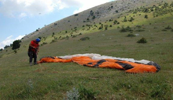 Bilecik'teki Hasan Dağı mesafe uçuşu yapmak isteyen yamaç paraşütçülerinden ilgi görüyor