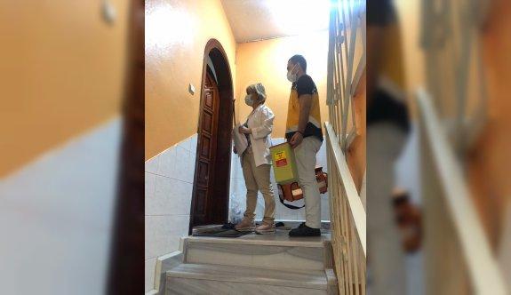 Bursa'da mobil aşı ekipleri, engelli vatandaş ile bakıcılarını evlerinde aşılıyor