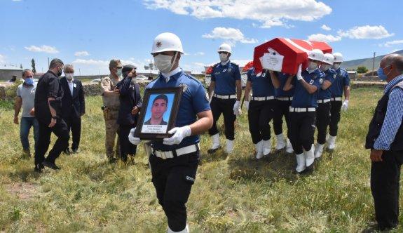 Bursa'da silahının kazara ateş alması sonucu vefat eden polis memuru Kars'ta toprağa verildi