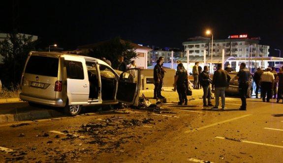 Çanakkale'de ters yöne giren otomobilin sivil ekip aracıyla çarpışması sonucu iki kişi hayatını kaybetti