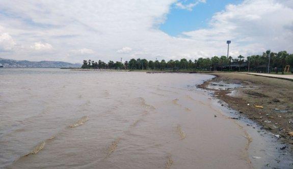 Koaceli'de yağış sonrası oluşan çamurlu su denizin rengini değiştirdi