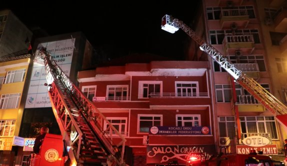 Kocaeli'de bir apartmanın çatı katında çıkan yangın söndürüldü