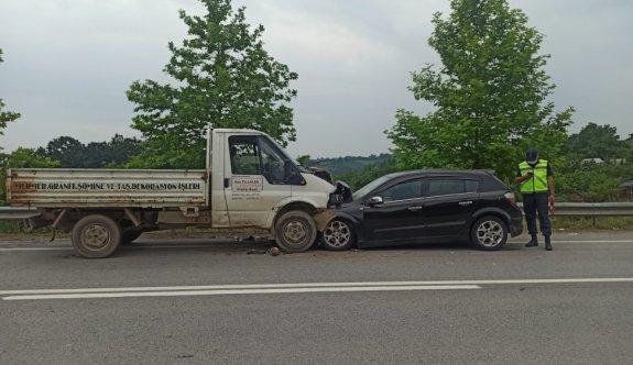 Kocaeli'de kamyonet ile otomobil çarpıştı: 5 yaralı