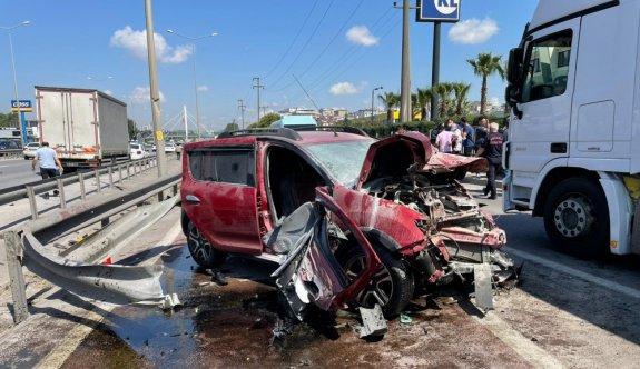 Kocaeli'de otomobil bariyere çarptı: 5 yaralı