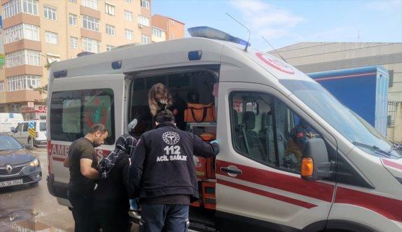 Kocaeli'de özel halk otobüsünün çarptığı otomobildeki hamile kadın yaralandı