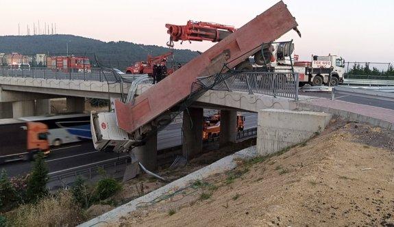 Kocaeli'de yoldan çıkarak viyadükte askıda kalan tırın sürücüsü yaralandı