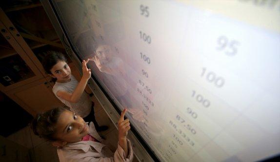 Köy okullarında öğrenciler karne sevincini ekran başında yaşadı