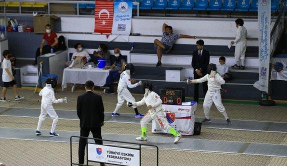 Sakarya'da düzenlenen 10,12 ve 14 Yaş Altı Eskrim Türkiye Şampiyonası sürüyor