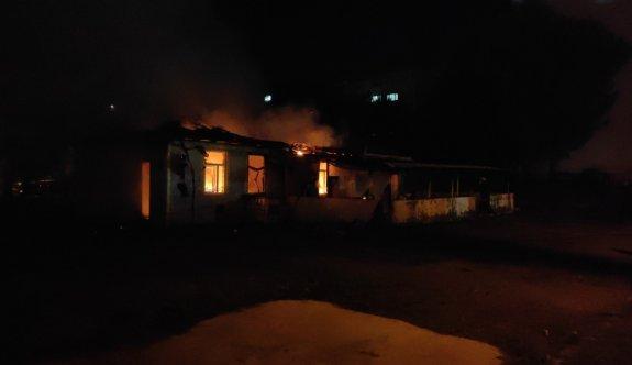 Sakarya'da kapalı olan iş yerinde çıkan yangın hasara yol açtı