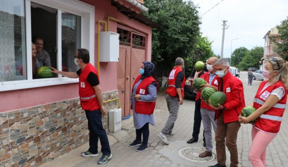 Türk Kızılay üreticilere destek için iş adamlarının yardımıyla aldığı 16,5 ton karpuzu Edirne'de dağıttı